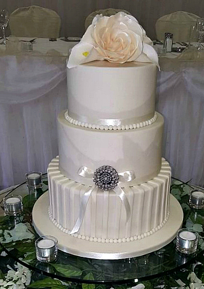 WC117-Glamorous-Brooch-Wedding-Cake